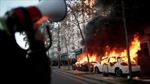 Hình ảnh người biểu tình Paris thiêu xe, đốt phá ngân hàng để phản đối bạo lực cảnh sát