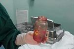 Dùng bình sữa nhét vào hậu môn để... chữa thoái hóa cột sống