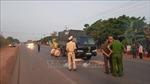 Nhặt củi giữa đường, một người đàn ông bị xe tải tông tử vong
