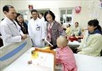 Đồnh chí Trương Thị Mai thăm, tặng quà các bệnh nhân ung thư tại Bệnh viện K