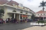 Hỗtrợ chuyển tải hành khách đi tàu tại ga Nha Trang qua khu vực ngập lụt