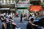 Người dân vẫn xếp hàng dài mua bánh Trung thu trên phố Thụy Khuê