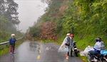Sạt lở đất đá gây ách tắc trên đèo Khau Phạ, Yên Bái
