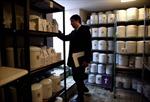 Nhật Bản 'đau đầu' giải quyết tro cốt người chết vô thừa nhận