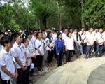 Trại hè Việt Nam 2019: Thanh thiếu niên kiều bào tham gia làm sạch biển tại Quảng Ngãi