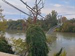 Cầu treo đổ sập, nhiều phương tiện bị rơi xuống sông Tarn, Pháp