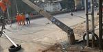 Lái xe tải bỏ trốn sau khi tông gãy hàng rào đường sắt, kéo sập 2 cột điện