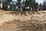 Người dân phản đối khi doanh nghiệp múc cát sát chân đê biển