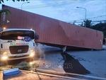 Container bị lật khiến lái xe tử vong trong cabin