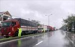 Nhiều xe khách dừng tránh bão ở huyện Phú Lộc (Thừa Thiên - Huế)
