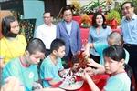 Lãnh đạo Bộ Lao động - Thương binh và Xã hội thăm, tặng quả trẻ em khuyết tật