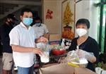Cặp vợ chồng 'nổi lửa' nấu cơm hỗ trợ người dân đang cách ly tập trung