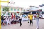 Sun Life Việt Nam trao tặng trụ bóng rổ cho 51 trường học cả nước