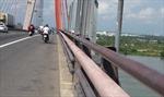 Xe taxi đâm xe tải đang dừng trên cầu Cần Thơ khiến 3 người tử vong