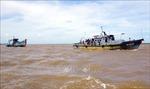 Sóng lớn đánh vỡ tàu cá, hất 10 ngư dân xuống biển