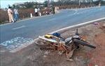 Xe máy va chạm ô tô chạy tốc độ cao, hai vợ chồng và con gái tử vong tại chỗ