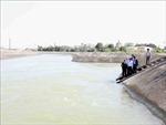Bộ trưởng Nguyễn Xuân Cường kiểm tra việc lấy nước đổ ải tại Nam Định