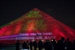 Đại Kim tự tháp ở Ai Cập thắp sáng thông điệp 'Hãy ở nhà'