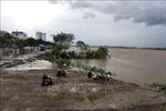 Giải cứu gần 20 công nhân mắc kẹt giữa sông Trà Khúc