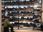 Tạm giữ hơn 9.000 sản phẩm quần áo thương hiệu SEVEN.am