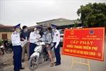 Cảnh sát biển cấp phát khẩu trang và nước sát khuẩn cho nhân dân chống dịch COVID-19