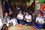 Bộ Tư lệnh Vùng Cảnh sát biển 1 trao quà cho ngư dân bị ảnh hưởng bởi dịch COVID-19