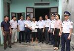 Cảnh sát biển trao quà hỗ trợ ngư dân Hải Phòng