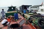 Cảnh sát biển xử lý tàu sang mạn dầu trái phép trên biển