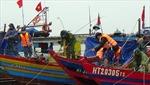 BTL Vùng Cảnh sát biển 1 giúp ngư dân Hà Tĩnh chống bão số 8