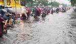 Mưa lớn khiến nhiều tuyến đường ngập sâu, giao thông ùn tắc