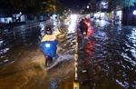 Người dân TP Hồ Chí Minh bì bõm về nhà sau cơn mưa lớn