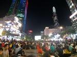 Người hâm mộ ngồi tràn phố đi bộ Nguyễn Huệ, cổ vũ nhiệt tình cho đội tuyển Việt Nam