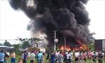 Người dân bất chấp nguy hiểm đứng livestream đám cháy lớn từ xưởng chứa phế liệu