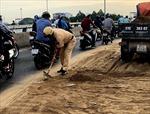 CSGT vất vả dọn dẹp cát trên cầu vượt Quang Trung