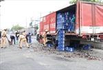Xe tải đánh rơi hàng chục thùng bia, giao thông ùn tắc nghiêm trọng