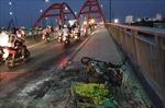 Xe máy chở trái cây bất ngờ cháy rụi trên cầu Bình Lợi
