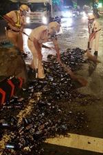 Ô tô phanh gấp, hàng trăm chai bia rơi xuống đường vỡ nát