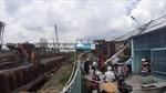 Cần cẩu thi công cống Phú Định đổ vào nhà dân