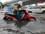 TP Hồ Chí Minh mưa lớn, người dân 'bì bõm' nước về nhà