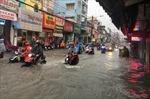 Nước chảy như suối trên đường trong cơn mưa lớn ở TP Hồ Chí Minh