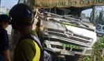 Xe chở rác đâm đổ cây xanh, suýt lao vào nhà dân
