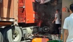 Xe container húc nhiều xe máy rồi lao vào nhà dân