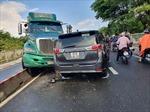 Xe container đổ dốc cầu Tân Thuận mất lái đâm vào ô tô 7 chỗ
