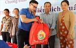 Tuổi trẻ TTXVN mang quà Tết đến với bà con xã đảo Thạnh An