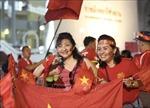 Cổ động viên Việt Nam 'tiếp lửa' cho đội tuyển Việt Nam tại sân Rajamangala