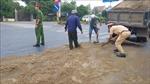 Cảnh sát giao thông 'ghi điểm' khi thu dọn dầu điều đổ ra đường