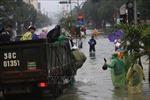 Người dân thành phố Hà Tĩnh nỗ lực tìm cách 'sống chung với lũ'