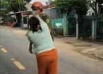 Chồng bị phạt vì vi phạm phòng dịch, vợ xông đến đánh cả công an viên