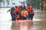 Cứu hộ hàng trăm học sinh khỏi khu vực trường học bị ngập sâu ở Quảng Trị