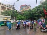 Hà Nội: Chốt trực tại 'điểm nóng' úng ngập, giúp thí sinh đến trường thi an toàn